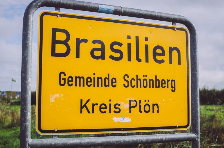 Ortseingangsschild von Brasilien (Schönberg, Schleswig-Holstein)