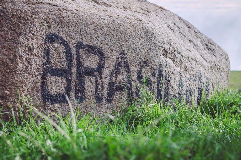 """Stein mit der Aufschrift """"Brasilien"""" in Brasilien (Schönberg, Schleswig-Holstein)"""