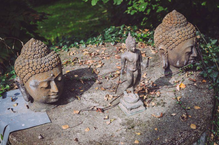 Buddhistische Figuren in einem Garten in Drogen (Altenburger Land, Thüringen)
