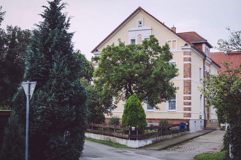 Bäume und ein Haus in Drogen (Altenburger Land, Thüringen)