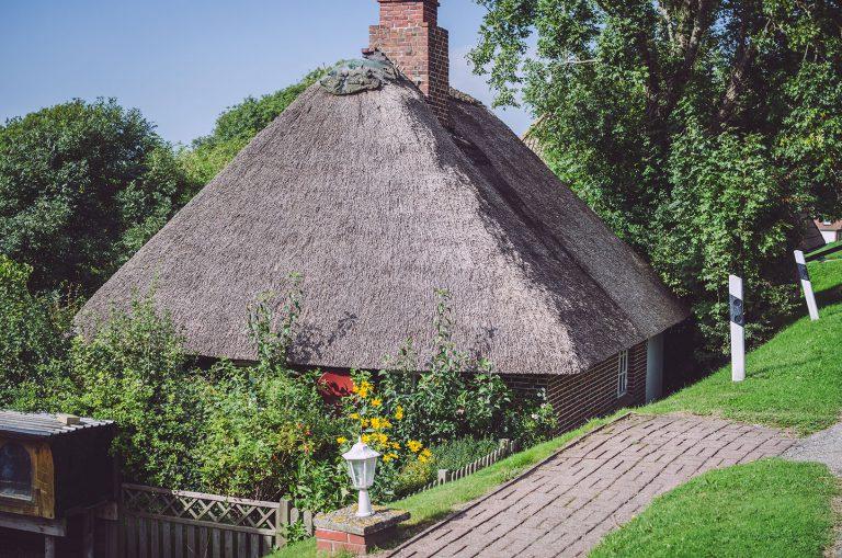 Haus mit Reetdach in England (Nordstrand, Schleswig-Holstein)