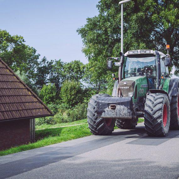 Traktor auf einer Straße in England (Nordstrand, Schleswig-Holstein)