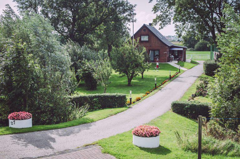 Hauseinfahrt in England (Nordstrand, Schleswig-Holstein) mit viel grün