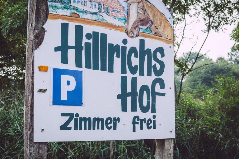 """Schild """"Hillrichs Hof"""" in Fetter Strich (Neuharlingersiel, Niedersachsen)"""