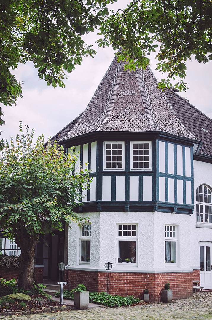 Rundes Fachwerk-Gebäude in Fickmühlen (Bad Bederkesa, Niedersachsen)
