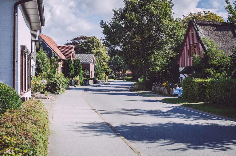 Straße mit Wohnhäusern in Grönland (Sommerland, Schleswig-Holstein)