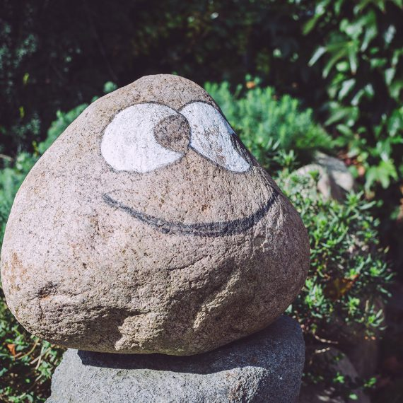 Stein mit aufgemaltem freundlichem Gesicht Grönland (Sommerland, Schleswig-Holstein)
