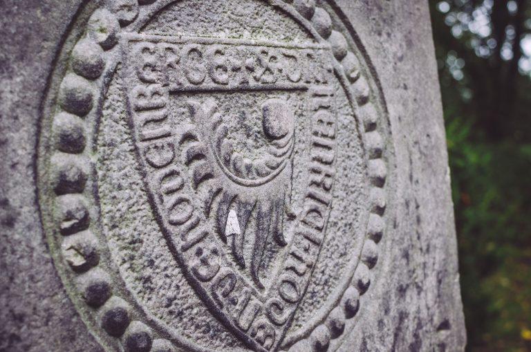 Detailaufnahme von einem Gedenkstein in Hodenhagen (Heidekreis, Niedersachsen)