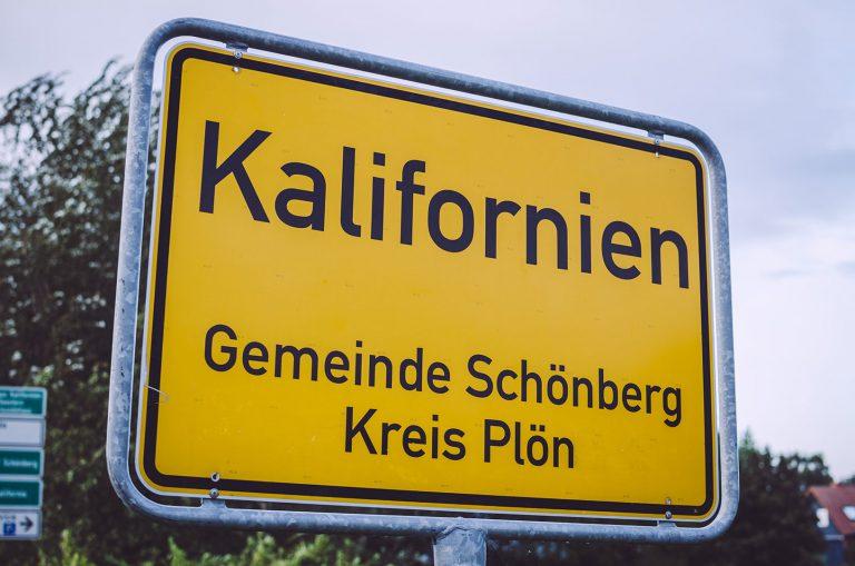 Ortseingangsschild von Kalifornien (Schönberg, Schleswig-Holstein)