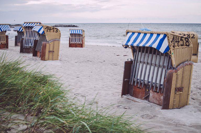Strandkörbe am Strand von Kalifornien (Schönberg, Schleswig-Holstein)
