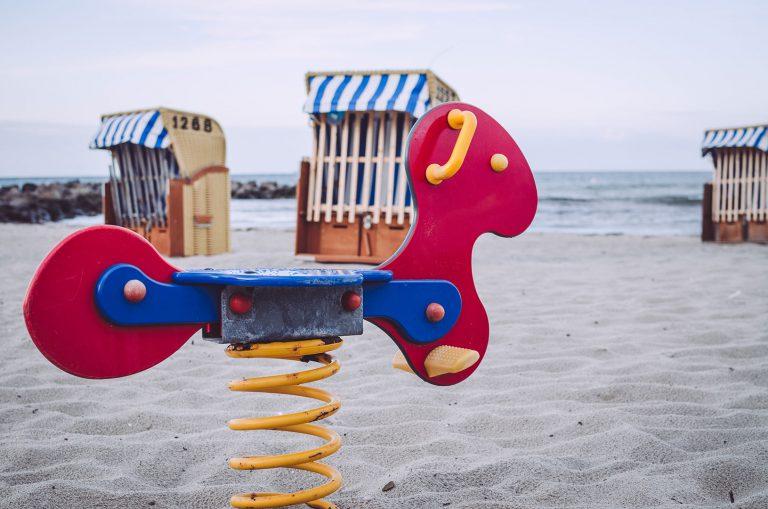 Spielplatzpferd am Strand von Kalifornien (Schönberg, Schleswig-Holstein)