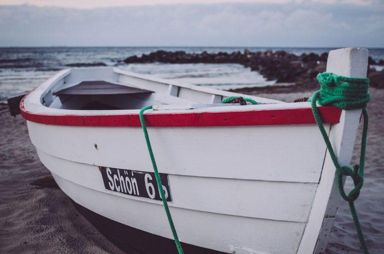 Boot am Strand in Kalifornien (Schönberg, Schleswig-Holstein)