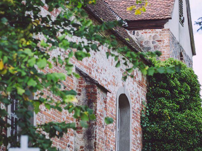 Seitlicher Blick auf die Kirche in Busendorf (Beelitz, Brandenburg)