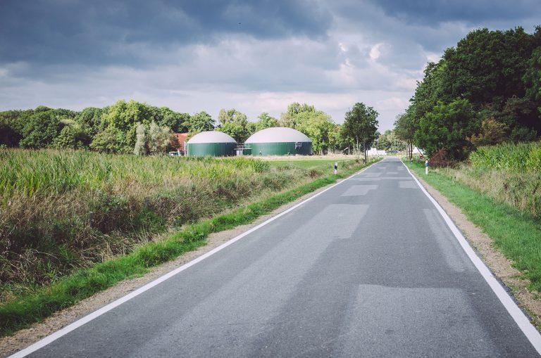 Lange, leere Straße in Nordpol (Wiefelstede, Niedersachsen)