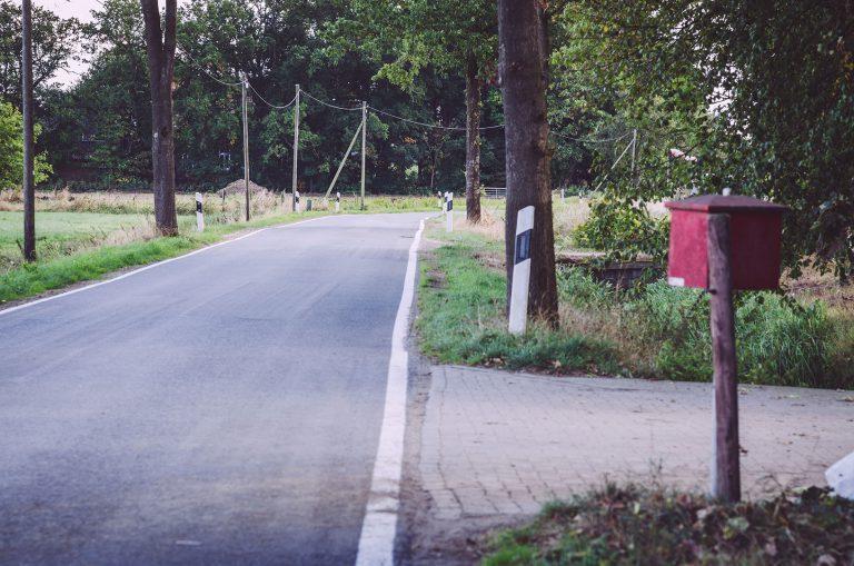 Straße mit Briefkasten in Nordpol (Wiefelstede, Niedersachsen)