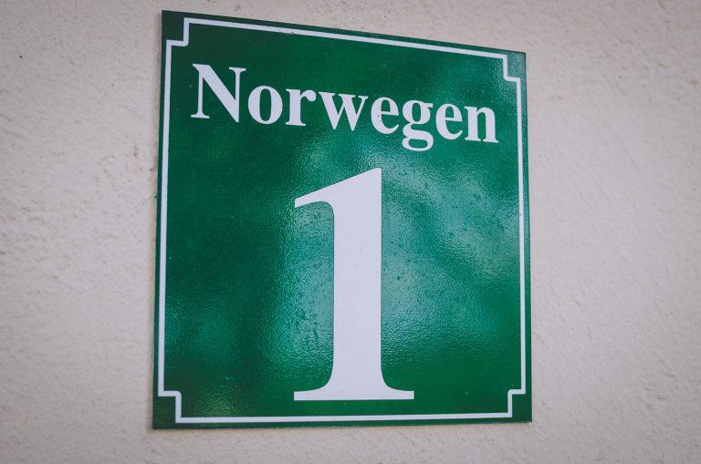 Hausnummerschild in Norwegen (Mohrkirch, Schleswig-Holstein)