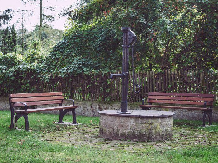 Brunnen mit zwei Bänken in Pissen (Rodden, Sachsen-Anhalt)