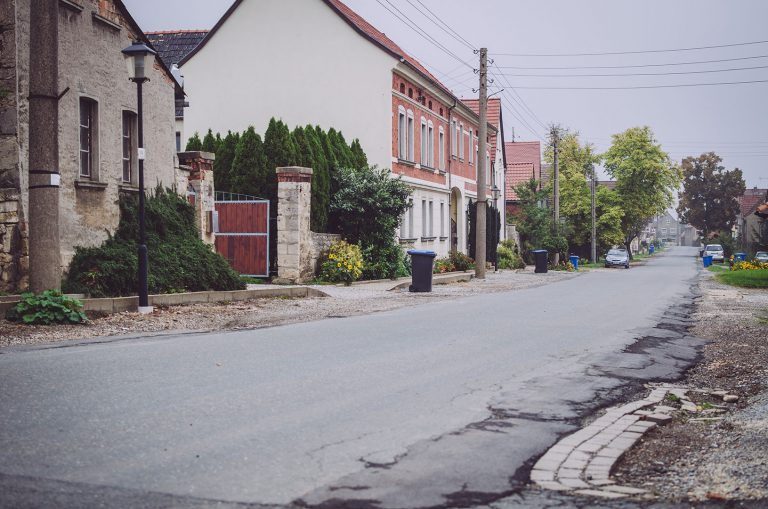 Leere Straße in Poppendorf (Schkölen, Thüringen)