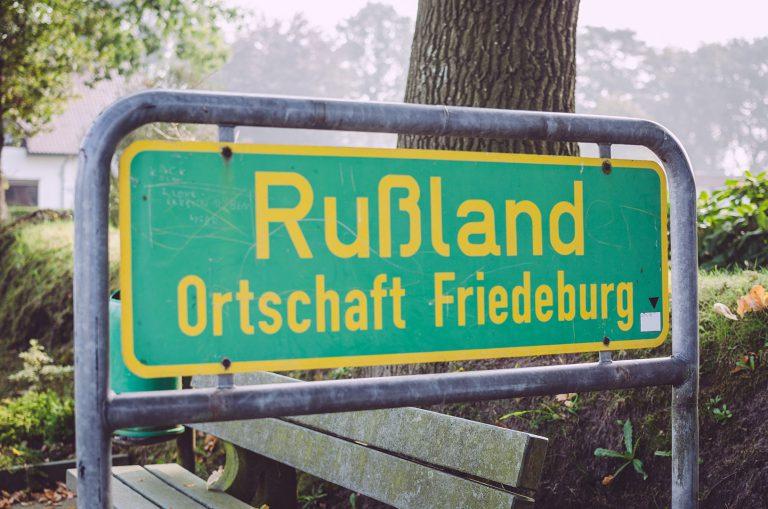 Ortseingangsschild von Rußland (Friedeburg, Niedersachsen)