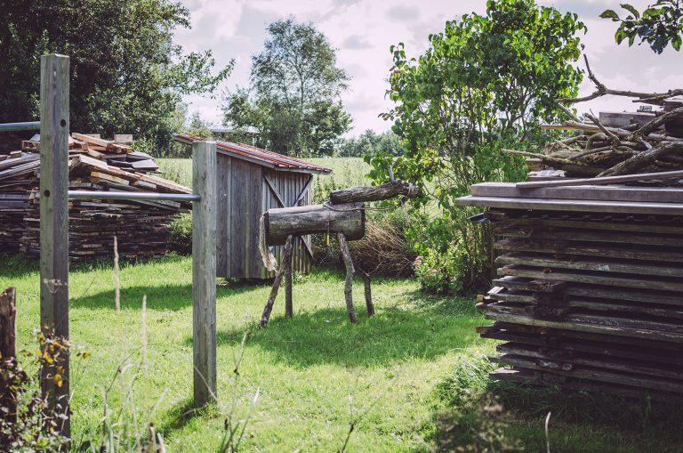 Garten mit Klettergerüst und viel Holz in Schweden (Mohrkirch, Schleswig-Holstein)