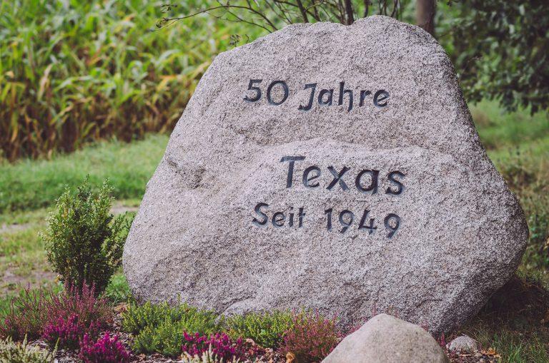 """Stein mit der Aufschrift """"50 Jahre Texas"""" in Texas (Groß Oesingen, Niedersachsen)"""