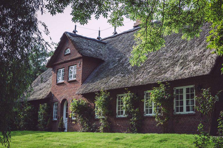 Rotes Backsteinhaus mit Reetdach in Welt (Nordfriesland, Schleswig-Holstein)