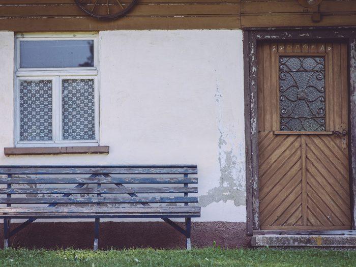 Sitzbank in Eingangstür zum Haus in Bremen (Amtzell, Baden-Württemberg)