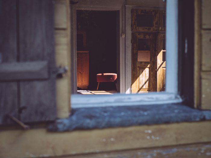 Blick durch das Fenster in das Innere des Hauses in Bremen (Amtzell, Baden-Württemberg)