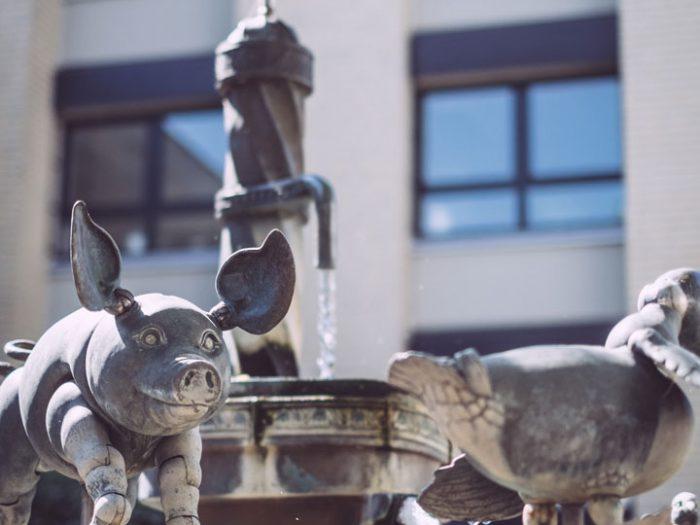 Schwein aus Eisen am Springbrunnen inBremen (Ense, Nordrhein-Westfalen)