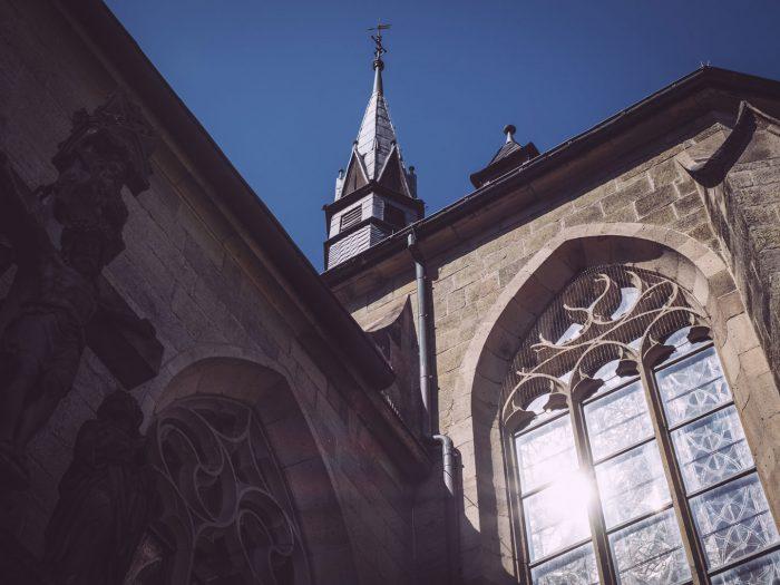 Kirche mit Kirchturmspitze in Bremen (Ense, Nordrhein-Westfalen)