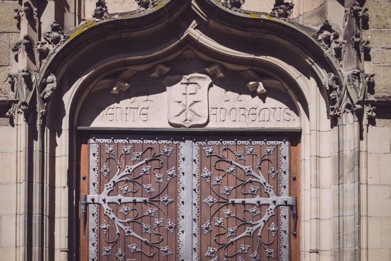 Eingang zur Kirche in Bremen (Ense, Nordrhein-Westfalen)