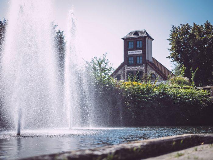 Springbrunnen mit Restaurant im Hintergrund in Bremen (Ense, Nordrhein-Westfalen)