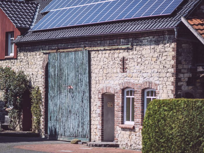 Altes Tor am Backsteinhaus mit Solar auf dem Dach in Bremen (Ense, Nordrhein-Westfalen)