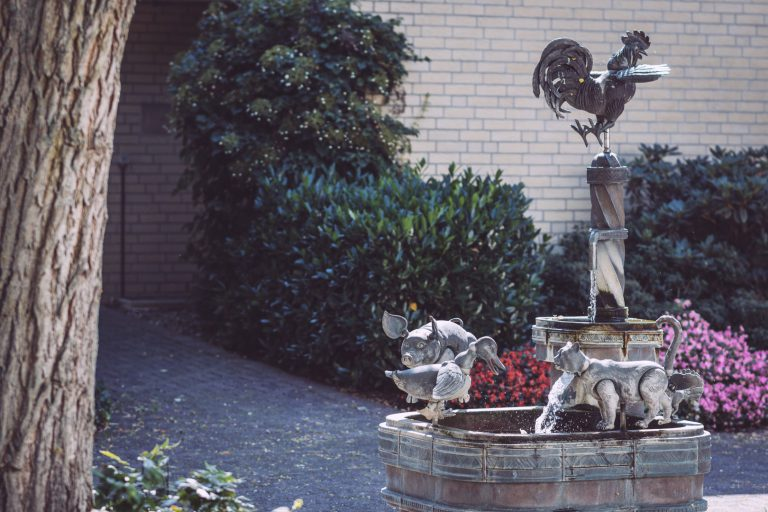 Springbrunnen mit Tierfiguren aus Eisen in Bremen (Ense, Nordrhein-Westfalen)