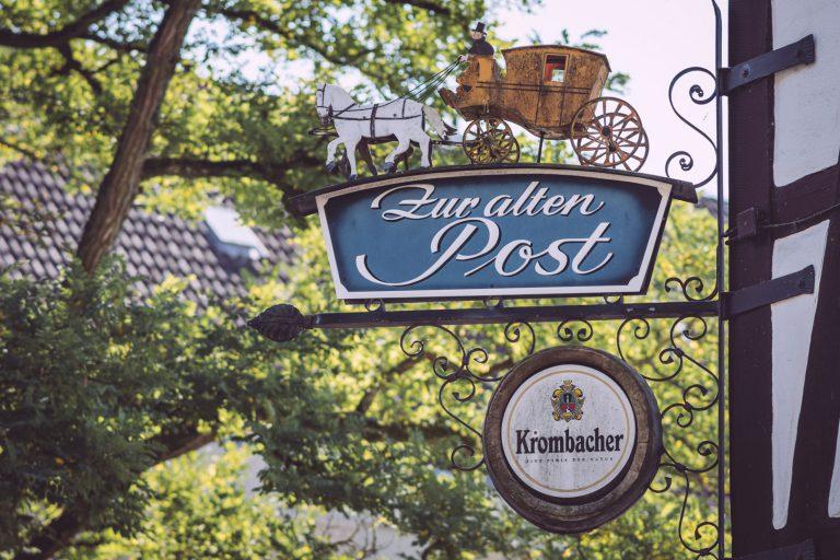 """Nasenschild """"Zur alten Post"""" in Bremen (Ense, Nordrhein-Westfalen)"""