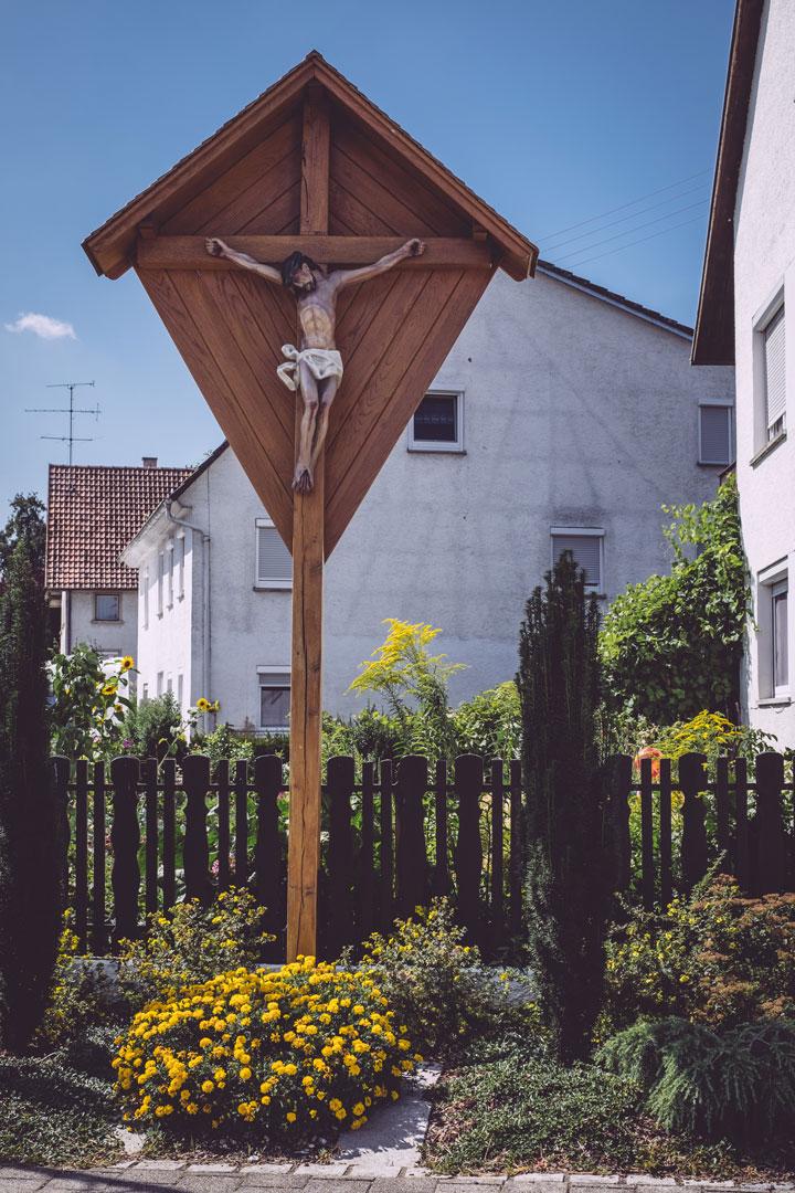 Jesus-Figur an einem Schild in Bremen (Hohentengen, Baden-Württemberg)