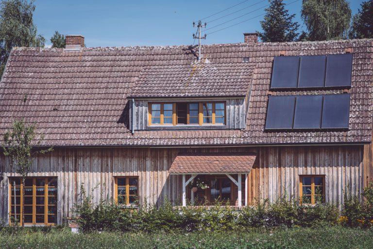 Altes Holzhaus mit Solar auf dem Dach in Bremen (Hohentengen, Baden-Württemberg)
