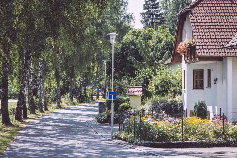 Mit Bäumen besäte Allee in Bremen (Hohentengen, Baden-Württemberg)
