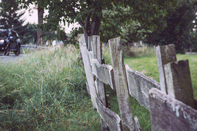 Zaun entlang der Straße in Bremen (Wermelskirchen, Nordrhein-Westfalen)