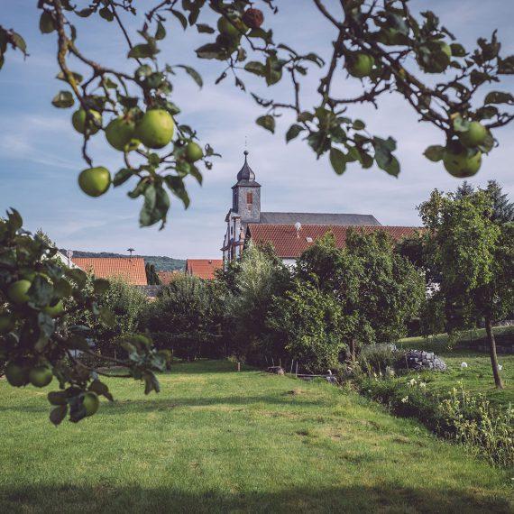 Viel Natur und die Kirche in Bremen (Geisa, Thüringen)