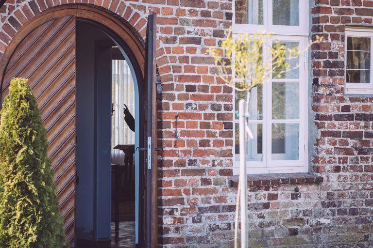 Kircheneingang in Neustadtgödens (Sande, Niedersachsen)