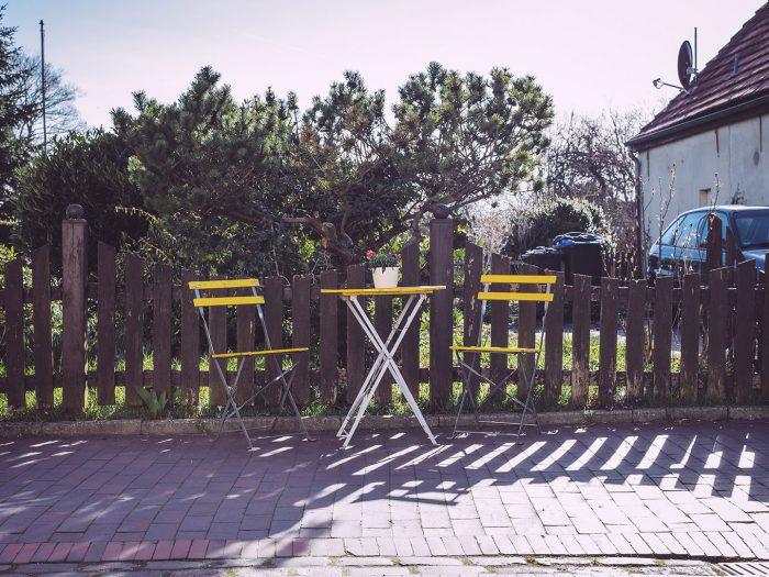 Gelber Tisch mit zwei Stühlen in Neustadtgödens (Sande, Niedersachsen)