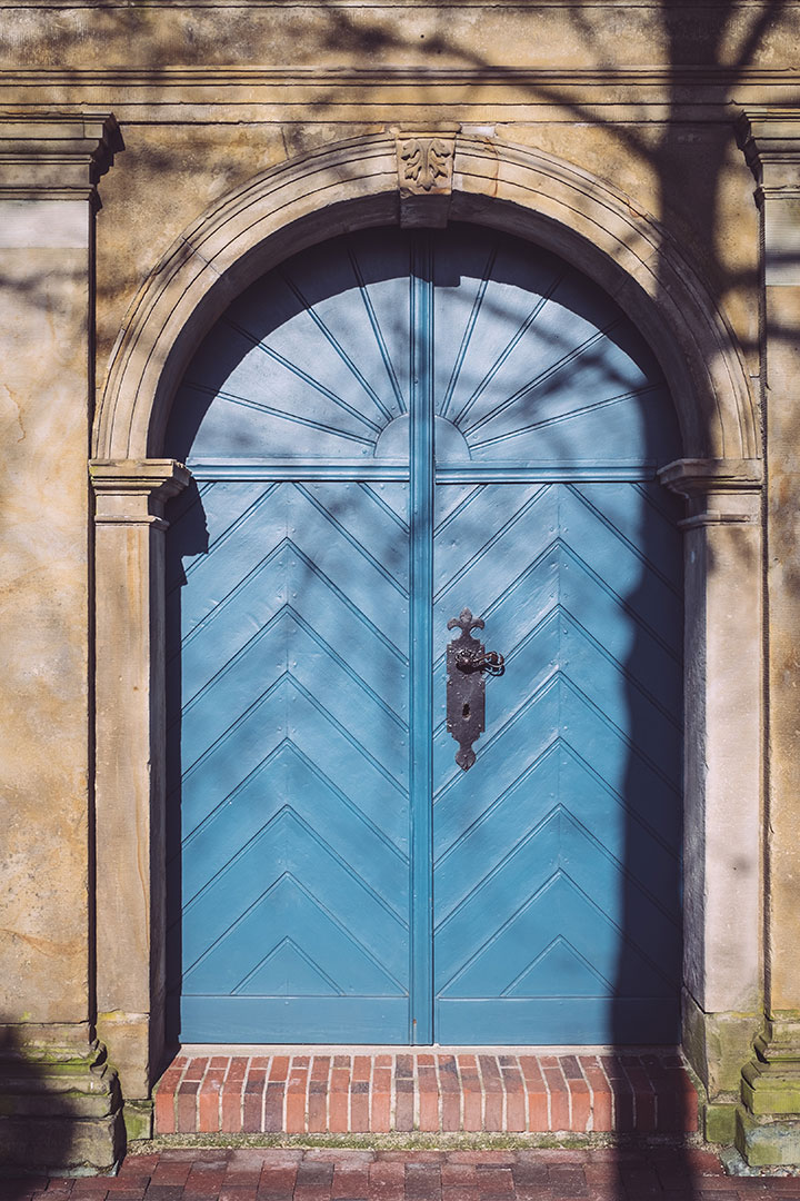 Blaue Tür in Neustadtgödens (Sande, Niedersachsen)