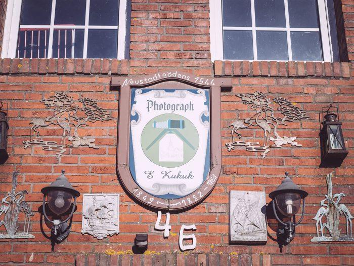 Hausschild in Neustadtgödens (Sande, Niedersachsen)