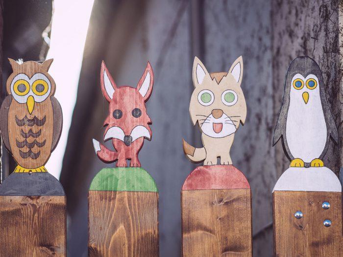 Holzfiguren auf einem Zaun in Neustadtgödens (Sande, Niedersachsen)