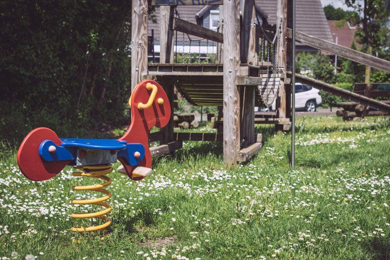 Spielplatz mit Schaukelpferd in Asel (Harsum, Niedersachsen)