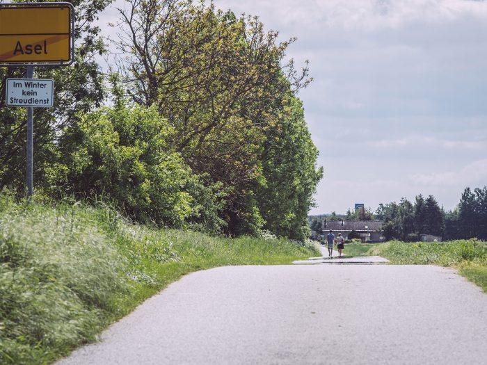 Ortsausgang mit Pärchen in Asel (Harsum, Niedersachsen)