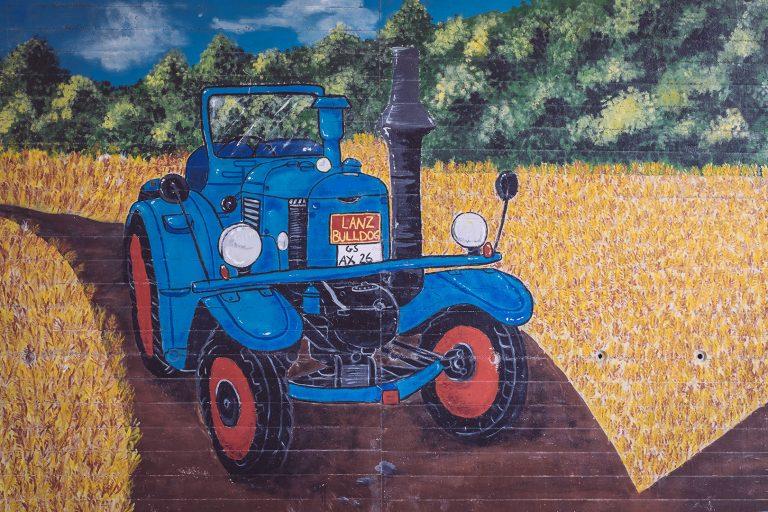 Gemalter Traktor in Asel (Harsum, Niedersachsen)