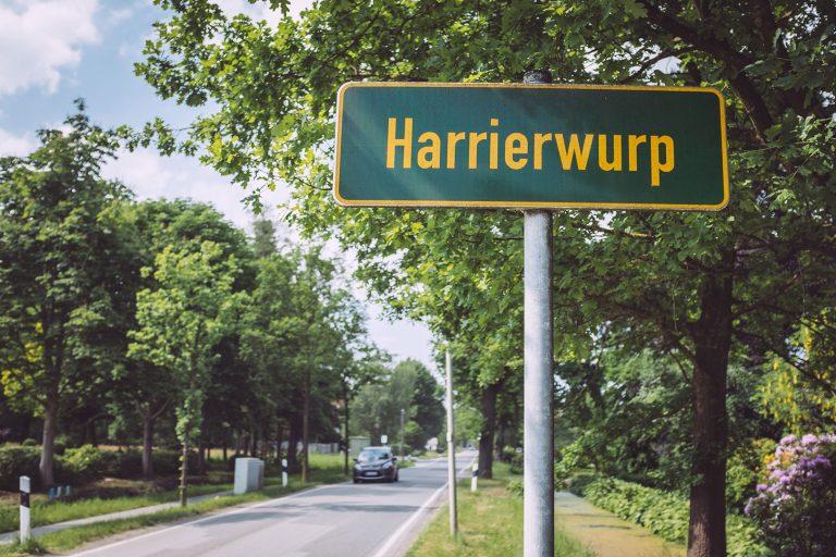 Ortsschild in Harrierwurp (Brake, Niedersachsen)