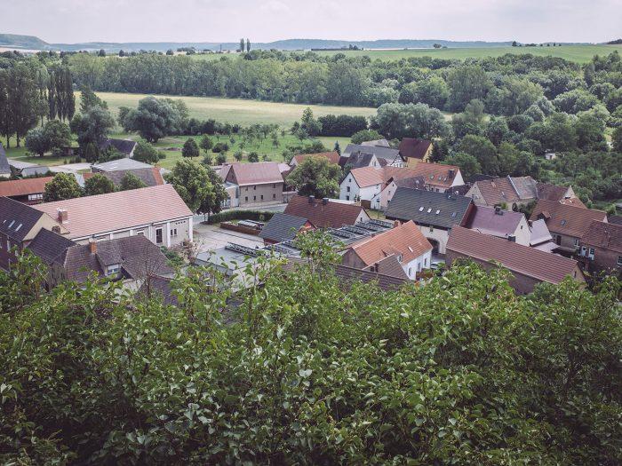 Blick über Burgscheidungen (Burgenlandkreis, Sachsen-Anhalt)